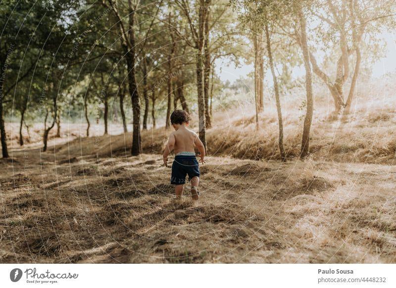 Rückansicht Kind zu Fuß laufen Boden dreckig erkunden authentisch Glück Tag Farbfoto Lifestyle Kindheit Freizeit & Hobby Natur Außenaufnahme Mensch Freude
