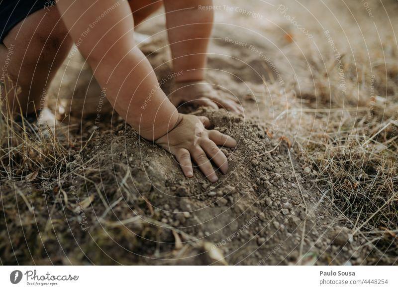 Close up Kind Hände spielen mit Erde Kindheit Nahaufnahme Hand Spielen Boden erkunden Neugier Natur Umwelt Fröhlichkeit Freude Außenaufnahme Farbfoto 1-3 Jahre