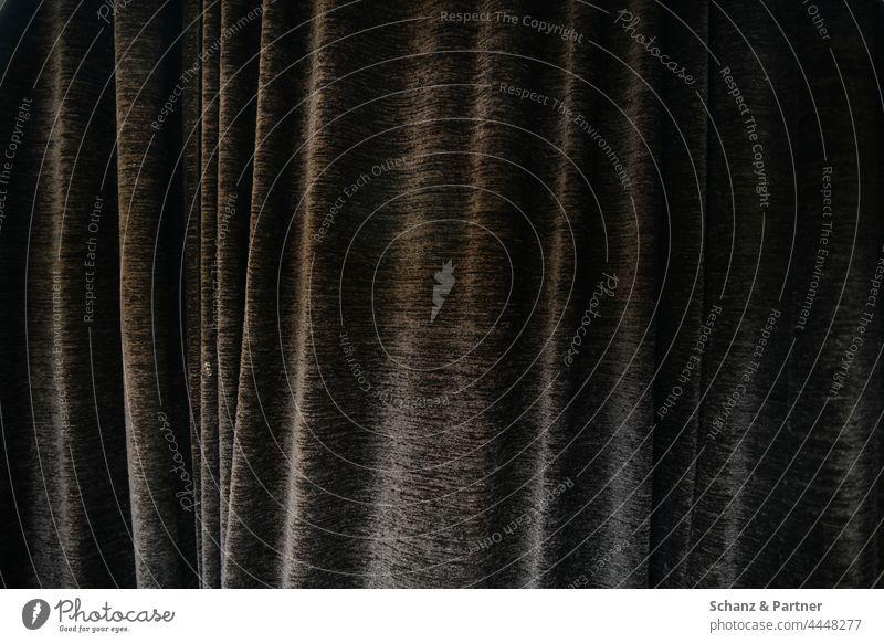 schwerer Vorhang Stoff Faltenwurf blickdicht Theater grau Wellen hintendran hinter hängen Gardine Sichtschutz Strukturen & Formen Textur trist