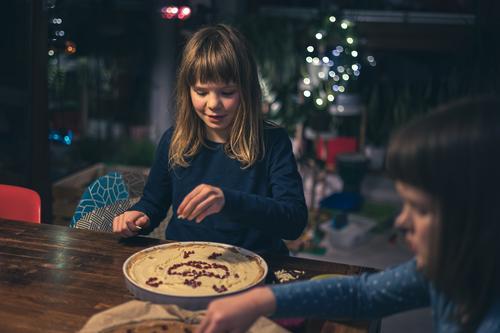 Kinder beim Verzieren von Mazurek (polnischer Osterkuchen) zu Hause heimwärts Familie dekoriert Mandel Tisch handgefertigt Polen polnische Tradition Muttern