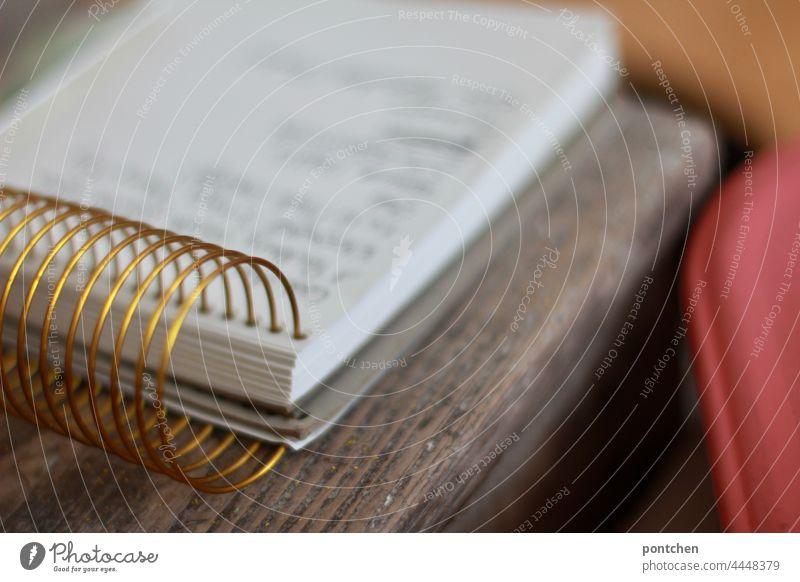 ein Ringblock liegt auf einem Holztisch Notizen, Einkaufszettel, schreiben ringblock notizen aufschreiben einkaufszettel Innenaufnahme häusliches leben