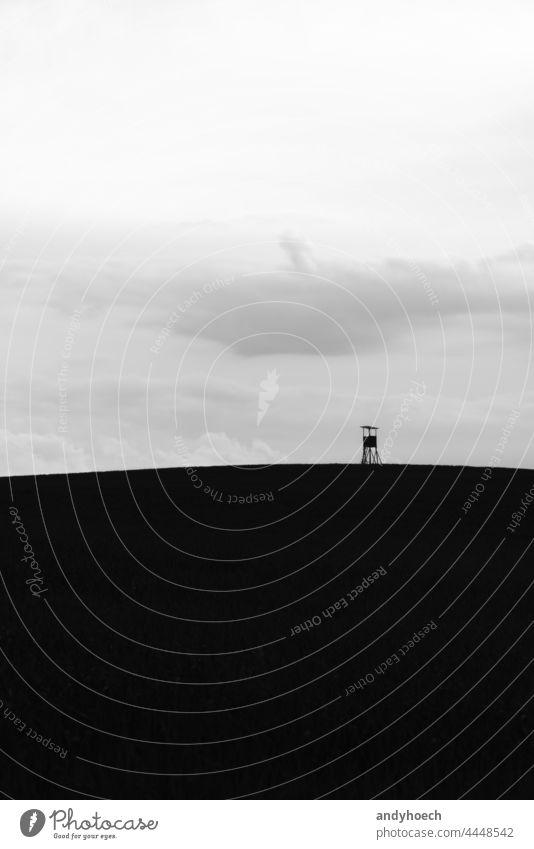 Der Hochsitz auf einem Hügel im Feld abstrakt Kunst schön schwarz schwarz auf weiß bw Wolken Kontrast Textfreiraum Tag Hirsch-Stand Design Umwelt Europäer Fauna