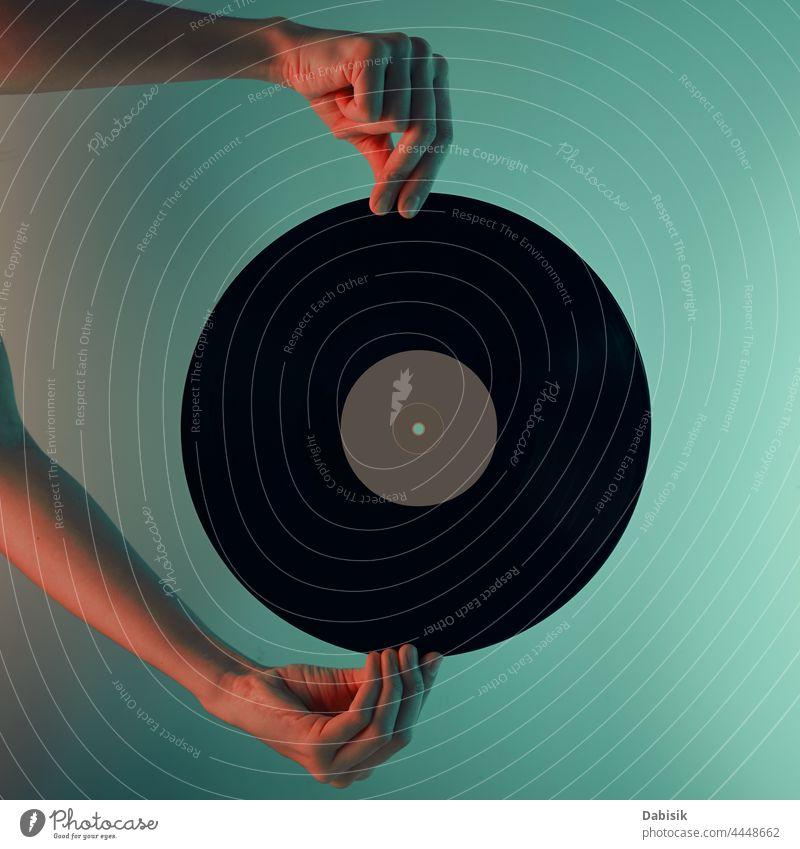 Frau hält Retro-Schallplatte in den Händen, getöntes Foto Scheibe Vinyl retro Musik Aufzeichnen altehrwürdig Audio Entertainment Klang stereo Melodie Lamelle