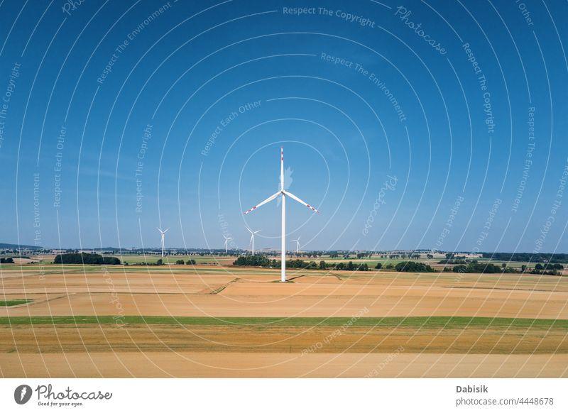 Windkraftanlage auf dem Feld an einem Sommertag. Rotierender Windgenerator Energie Erzeuger Turbine Windmühle Technik & Technologie Propeller nachhaltig