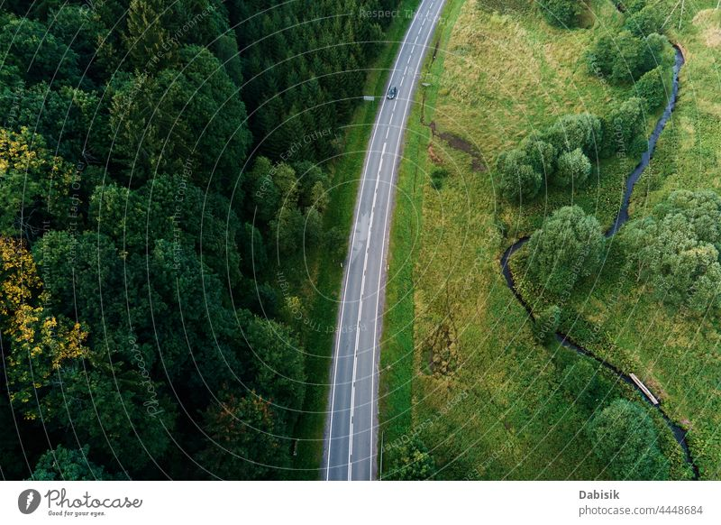 Autos bewegen sich auf der Landstraße durch Berge mit Kiefernwald, Luftaufnahme. Autofahrt im Sommerurlaub Straße Wald PKW Ausflug Natur grün Antenne Abenteuer