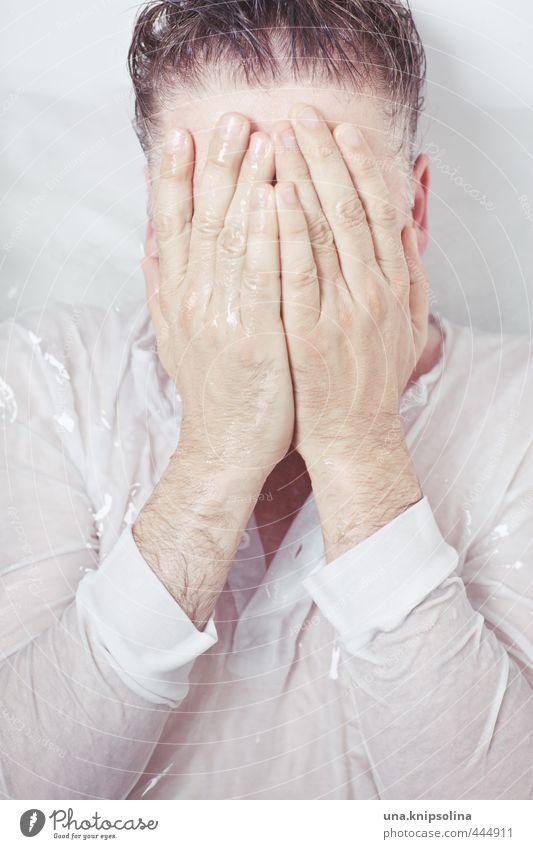 nass. Bad Mann Erwachsene Hand 1 Mensch 30-45 Jahre Hemd Schwimmen & Baden Traurigkeit weinen verrückt Sorge Müdigkeit Stress Verzweiflung verstört Badewanne