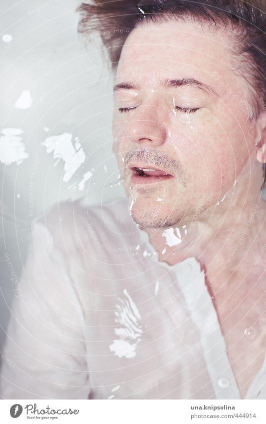 nass Mensch Mann Wasser Einsamkeit ruhig Erwachsene liegen nass Badewanne Bad Sehnsucht Körperpflege Bart tauchen verstecken Hemd
