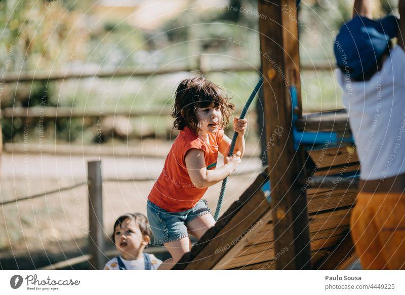 Bruder und Schwester spielen auf dem Spielplatz Spielen Spielplatzgeräte Geschwister Kinderspiel Kindheit Freizeit & Hobby mehrfarbig Mensch Farbfoto Freude
