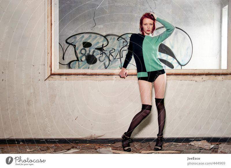 #444969 Stil Häusliches Leben Raum ausgehen Feste & Feiern clubbing Frau Erwachsene 1 Mensch Fenster Mode Pullover rothaarig stehen Coolness trendy einzigartig