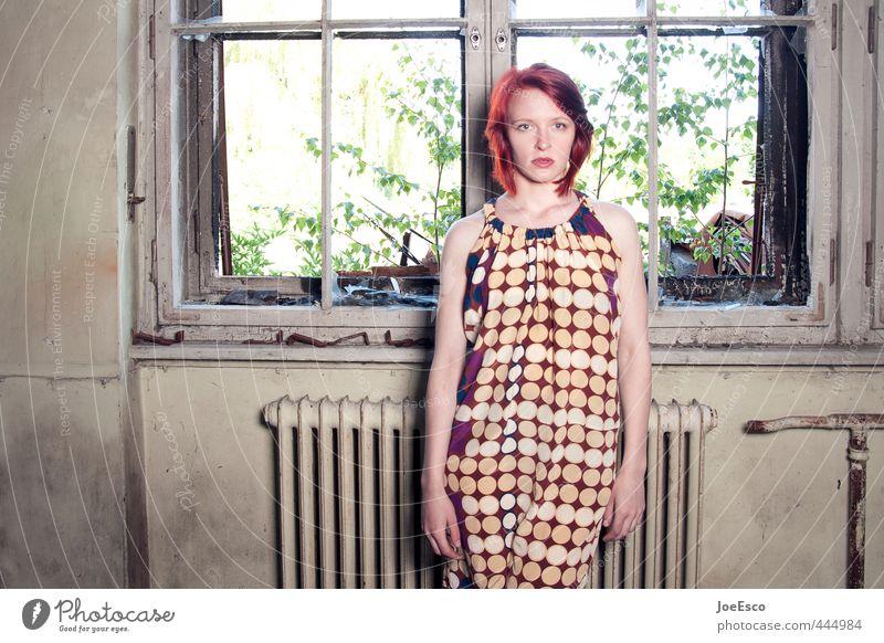 #444984 Stil Häusliches Leben Raum Frau Erwachsene 1 Mensch 18-30 Jahre Jugendliche Pflanze Mauer Wand Fenster Mode Kleid rothaarig Erholung träumen authentisch