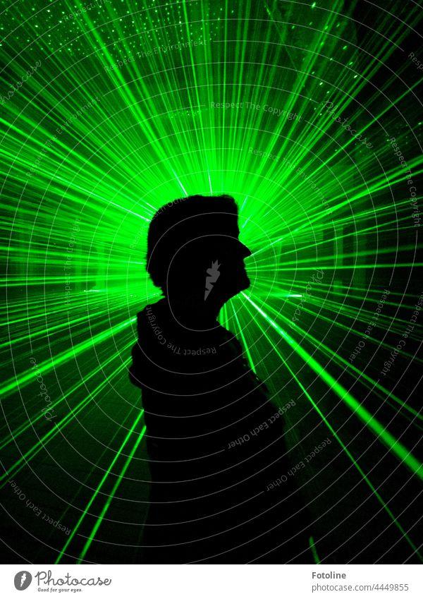Da strahlt die Fotolie zwischen den ganzen Laserstrahlen in einem alten Lost Place. Lasershow Licht Nacht dunkel Langzeitbelichtung Farbe grün Dunkelheit