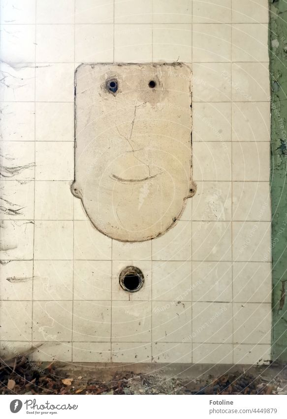 Lost Place - In den Fliesen zeichnet sich ein Gesicht ab, das mich anlächelt. Da sind Schmutz und Spinnenweben völlig vergessen. verlassen kaputt alt verfallen