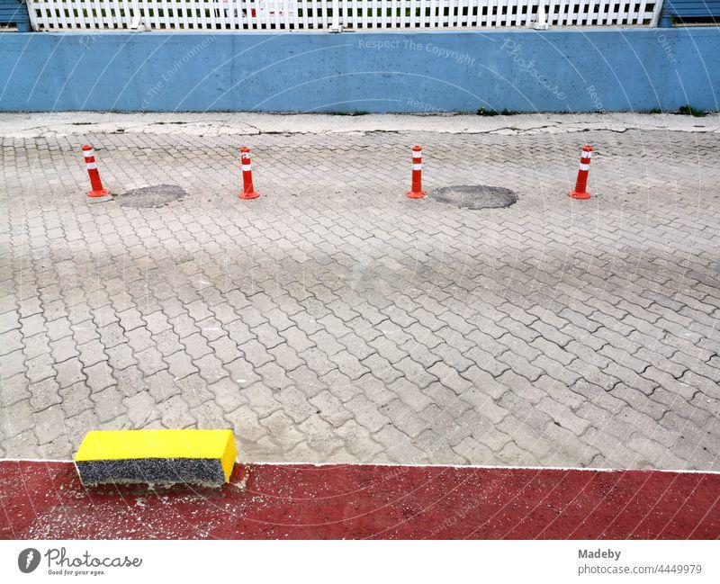Farbige Straßenmarkierung und Poller aus Kunststoff auf grauem Verbundpflaster in Sapanca bei Adapazari in der Provinz  Sakarya in der Türkei Pflaster
