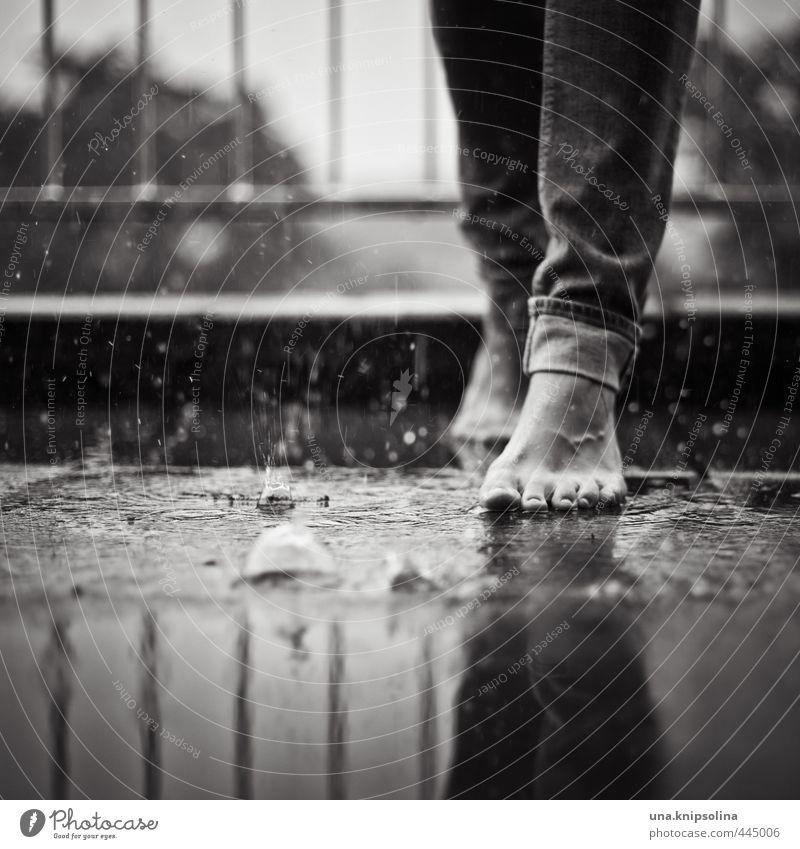 rainy sunday Frau Erwachsene Beine Fuß 1 Mensch Wasser Wassertropfen Regen Jeanshose berühren fallen gehen außergewöhnlich einzigartig nass ruhig Lebensfreude