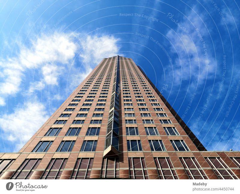 Granitfassade vor blauem Himmel bei Sonnenschein des MesseTurm am Messegelände im Westend von Frankfurt am Main in Hessen Wahrzeichen Gebäude Architektur