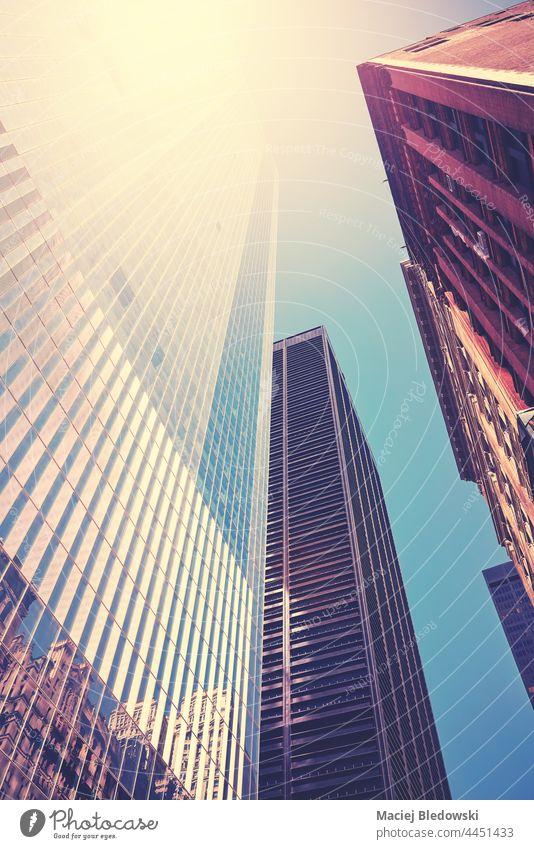New Yorker Wolkenkratzer bei Sonnenuntergang, mit Farbtonung, USA. Gebäude Großstadt neu Stadtbild Skyline Architektur Büro Ansicht hoch urban modern reisen nyc