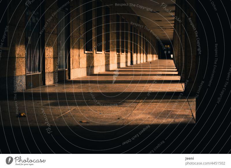 Licht und Schatten im langen Gang Gegenteil Kontrast dunkel hell Tag Sonne Außenaufnahme Architektur Wechsel Menschenleer Farbfoto Gebäude Bauwerk Mauer Haus