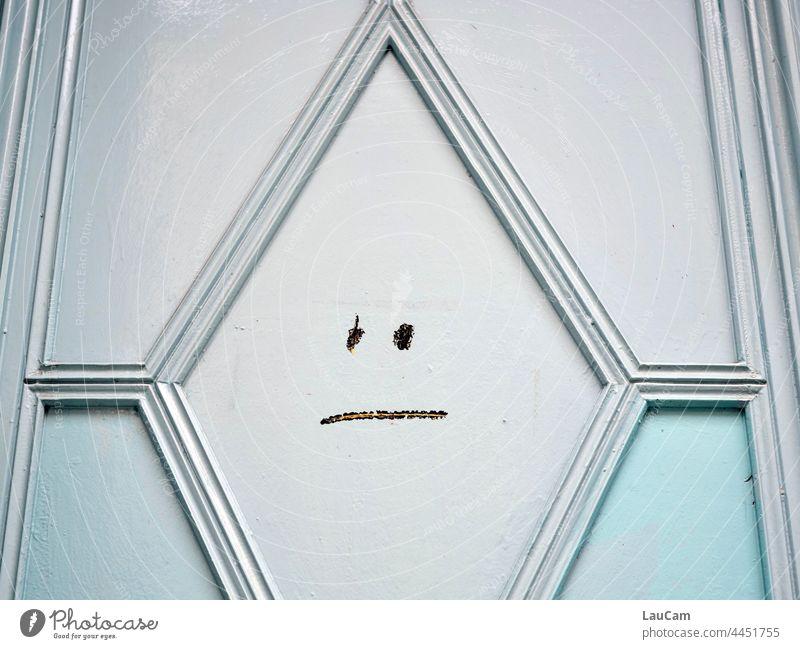 Mäßige Stimmung an der Haustür Tür Smiley schlechte Stimmung neutral neutrale Stimmung unbestimmt unentschlossen Gefühle Zeichen mäßige Stimmung Frust