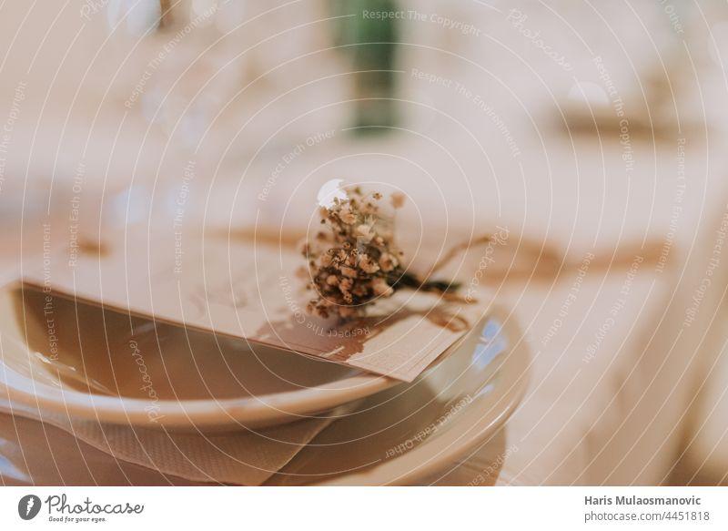 Selektiver Fokus auf Hochzeitsdetails auf dem Tisch im Restaurant Accessoire Hintergrund schön Schönheit beige Blütezeit Blumenstrauß hochzeitlich Braut braun
