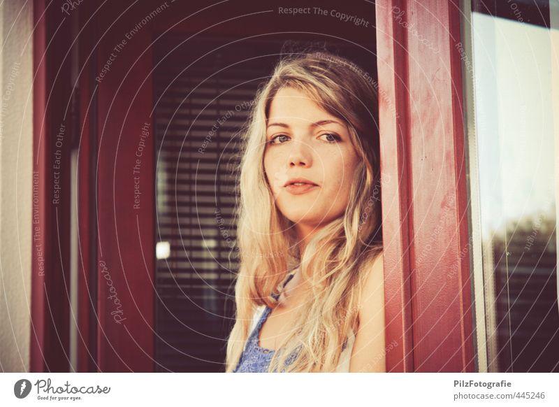 Laura II Mensch Jugendliche schön Junge Frau Erwachsene 18-30 Jahre Fenster feminin Erotik Denken natürlich träumen Tür warten ästhetisch beobachten