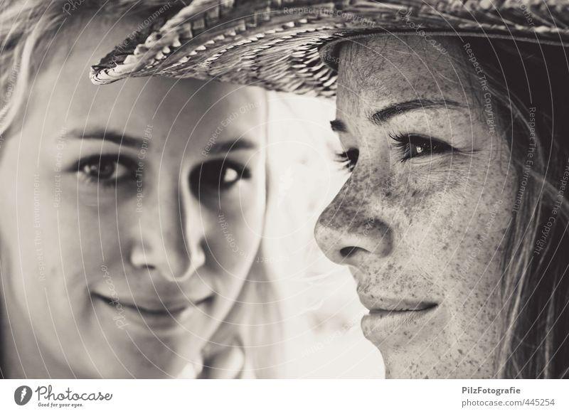 Marlene und Johanna Mensch feminin Junge Frau Jugendliche Sommersprossen 2 18-30 Jahre Erwachsene Hut Strohhut beobachten Lächeln träumen Coolness elegant