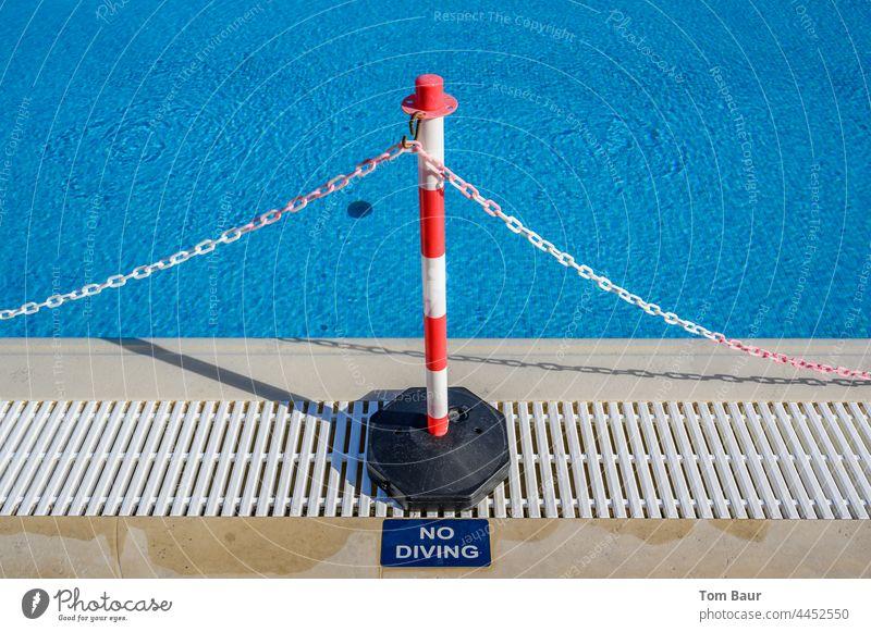 """Absperrung am Beckenrand eines Swimmingpools """"no Diving"""" Zaun Absperrband Pool Kette rot weiß nicht springen Wasser Sicherheit utlaub rot-weiß Schutz"""