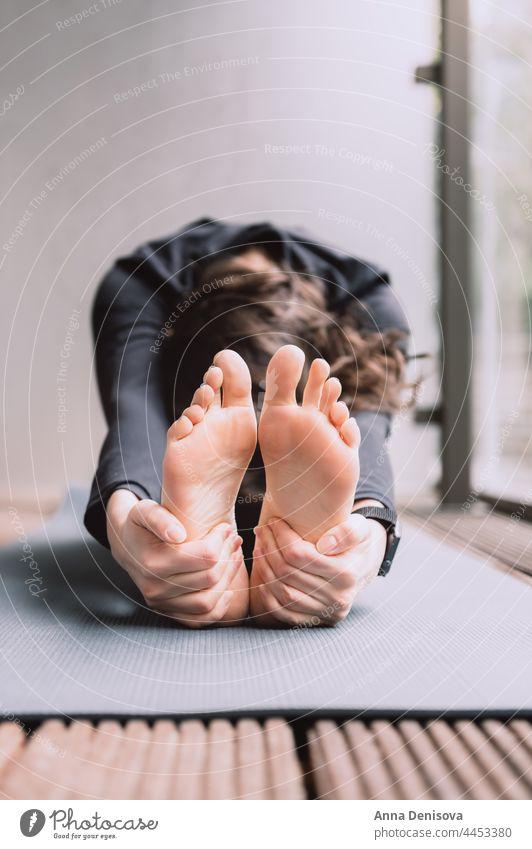 Junge Frau beim Yoga urban online Smartphone psychische Gesundheit Wellness einfache Freuden Meditation Entfernte Workouts Garten Von zu Hause aus trainieren