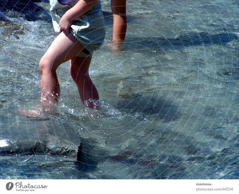wasserläufer Kind Wasser Freude Spielen Fuß Beine nass Schifffahrt Kühlung Vergnügungspark