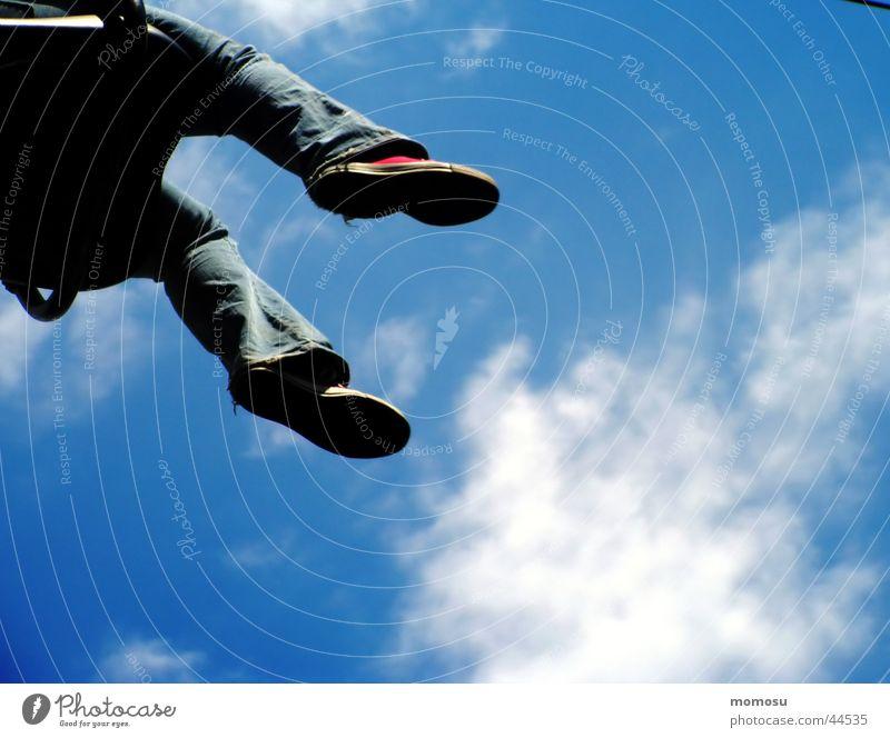 converse in the air Wolken Schuhe Vergnügungspark Schweben Luftverkehr Himmel Fuß Jeanshose Freude Chucks Turnschuh