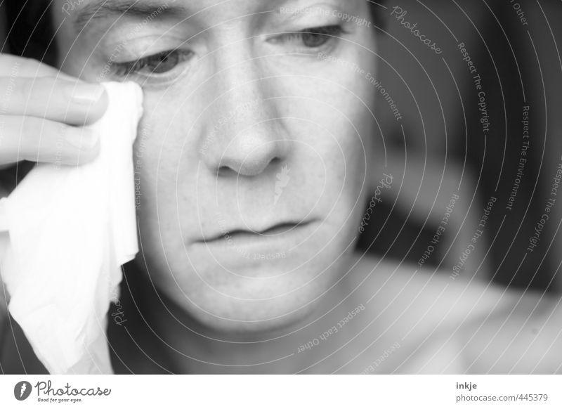 Tränchen trocknen / heul doch! Frau Erwachsene Leben Gesicht 1 Mensch 30-45 Jahre Taschentuch Denken Blick Traurigkeit weinen nah Gefühle Stimmung Mitgefühl