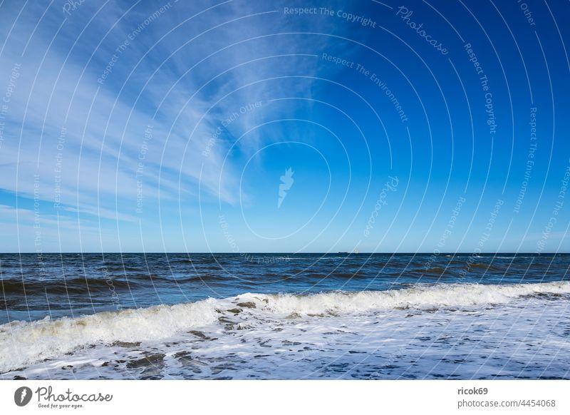 Wellen an der Ostseeküste bei Nienhagen Küste Strand Meer Buhne Wasser Natur Landschaft Urlaub Mecklenburg-Vorpommern Klima Wetter Erholung Himmel Wolken Idylle