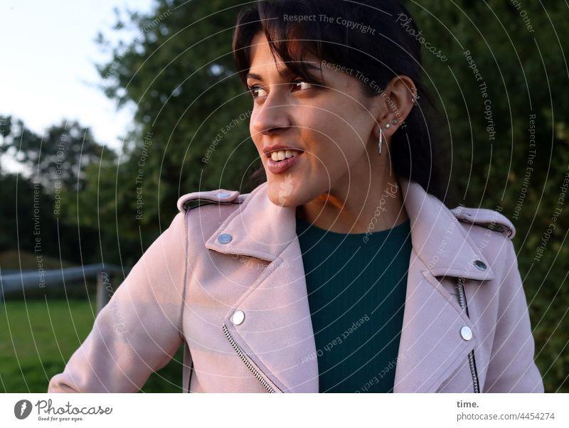 Estila portrait frau feminin lächeln Halbprofil strahlen freude fröhlich glücklich zopf jacke abendlicht abendsonne schmuck neugier zuversicht