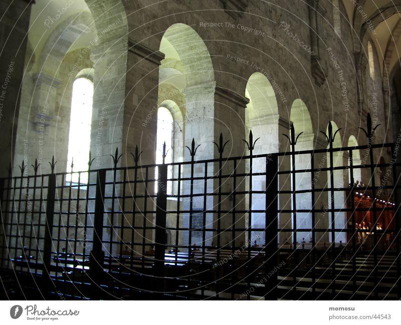 hinter gittern Religion & Glaube Säule Bogen Gitter Kloster Gotteshäuser Bundesland Niederösterreich Heiligenkreuz