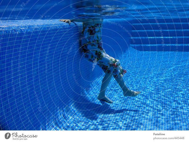 Abkühlung Mensch feminin Kind Mädchen Kindheit Hand Finger Beine Fuß 1 Urelemente Wasser Sommer kalt nass blau Schwimmbad Kleid Schwimmen & Baden