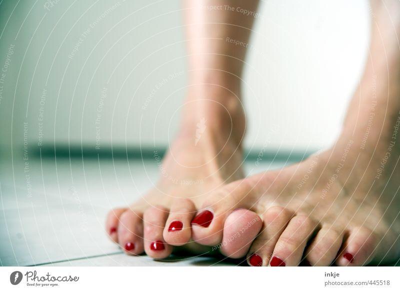 ähm, ja, also,.... also eiiiinklich.... einklich nee! Mensch Frau schön Erwachsene Leben Gefühle Stil Fuß Stimmung Lifestyle stehen Kommunizieren Körperpflege Scham gestikulieren Zehen
