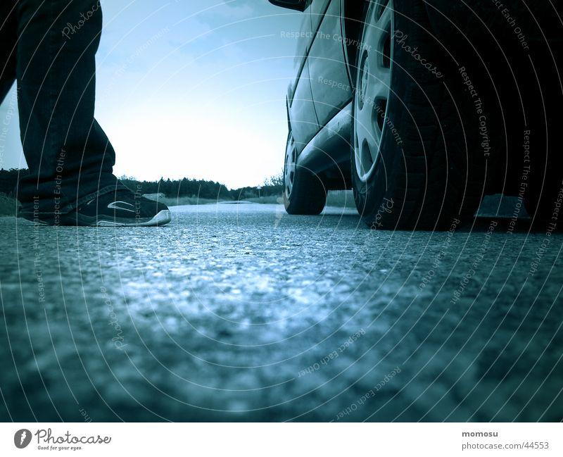 ...am boden Schuhe Verkehr PKW Beine Straße Himmel blau Perspektive Detailaufnahme