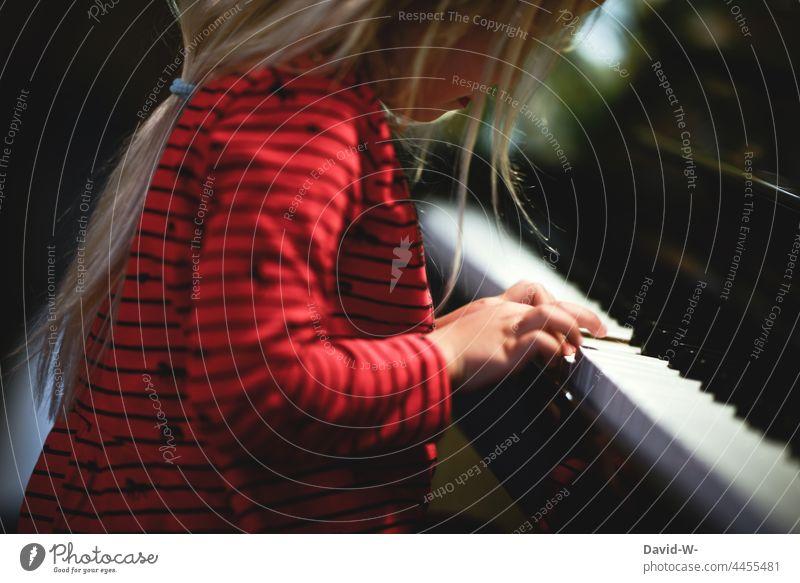junges Mädchen spielt Klavier Kind Musik Finger spielen Kindererziehung Musikinstrument Hand konzentriert