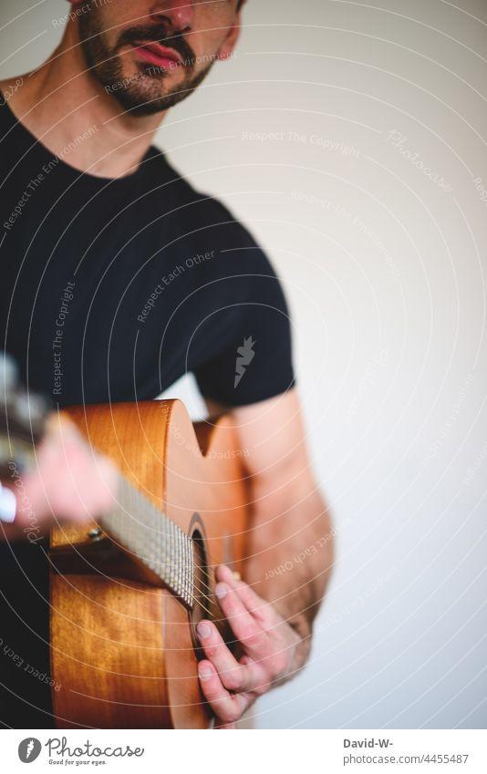 Mann spielt Gitarre spielen Musiker Gitarrenspieler musizieren Musikinstrument Textfreiraum anonym