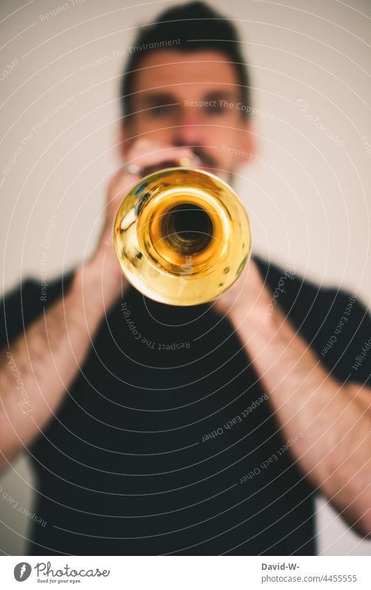 Trompete spielen Musiker Mann Musikinstrument Trompeter Kultur musizieren Melodie
