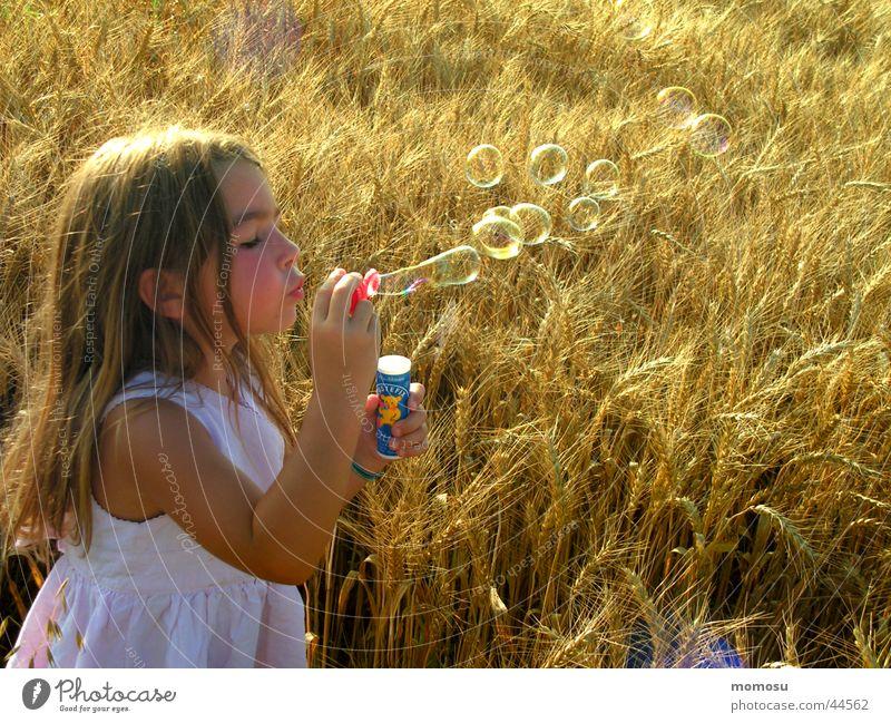 ...ins Feld geblasen Mädchen Seifenblase Kind träumen verträumt Getreide Korn Haare & Frisuren