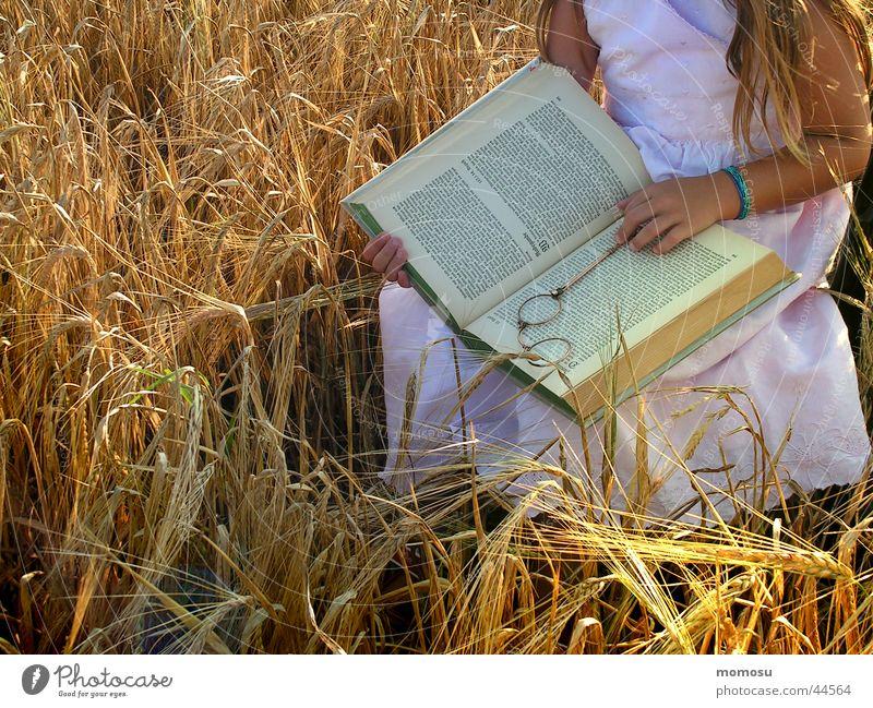 ...mit Lorgnette Kind Hand Mädchen Feld sitzen Buch lernen lesen Getreide historisch Bildung Medien Lorgnon