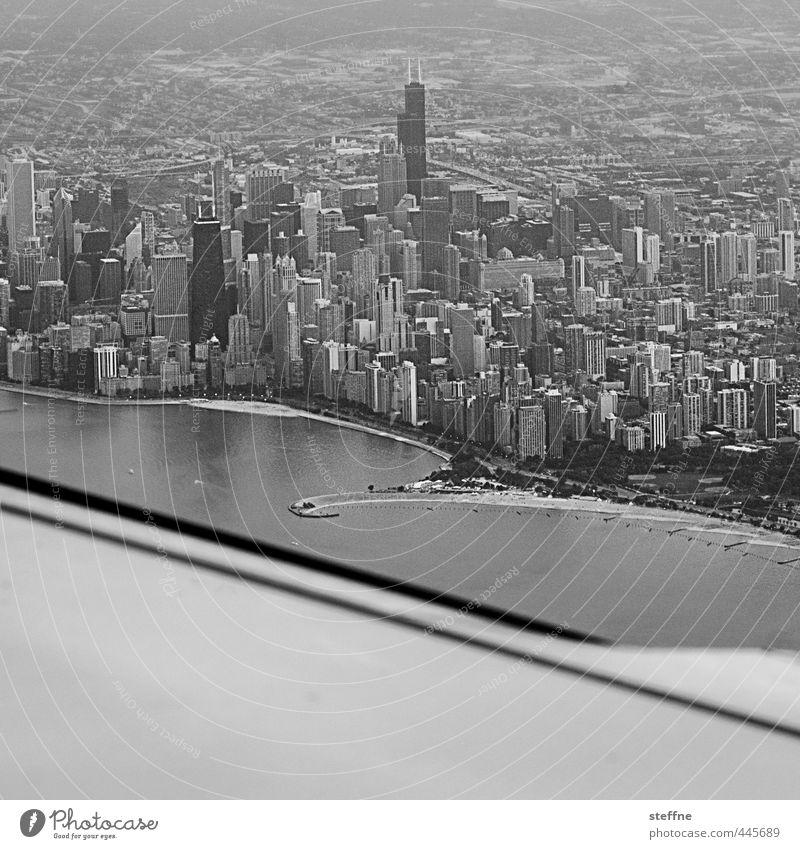 Approaching: Chicago USA Stadtzentrum Skyline Hochhaus Luftverkehr Flugzeug Flugzeuglandung Flugzeugstart Flugzeugausblick Schwarzweißfoto Außenaufnahme