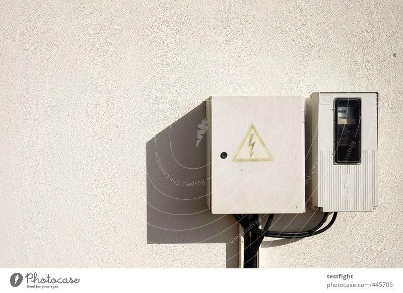 high voltage Wand Fassade Ordnung Elektrizität Symbole & Metaphern Warnhinweis