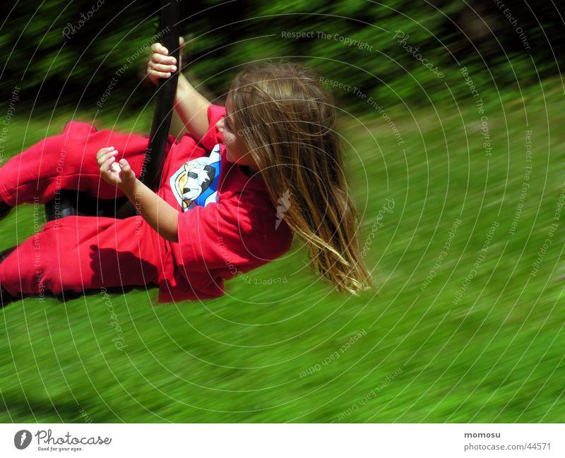 flug durch das grün Kind Mädchen grün rot Wiese Gras Bewegung Haare & Frisuren Luftverkehr Spielplatz
