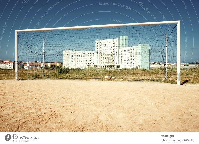 dorfplatz alt Sommer Sonne Haus Sport Architektur Gebäude Fußball Netz Bauwerk Tor Fußballplatz Ballsport Sportplatz Sportstätten