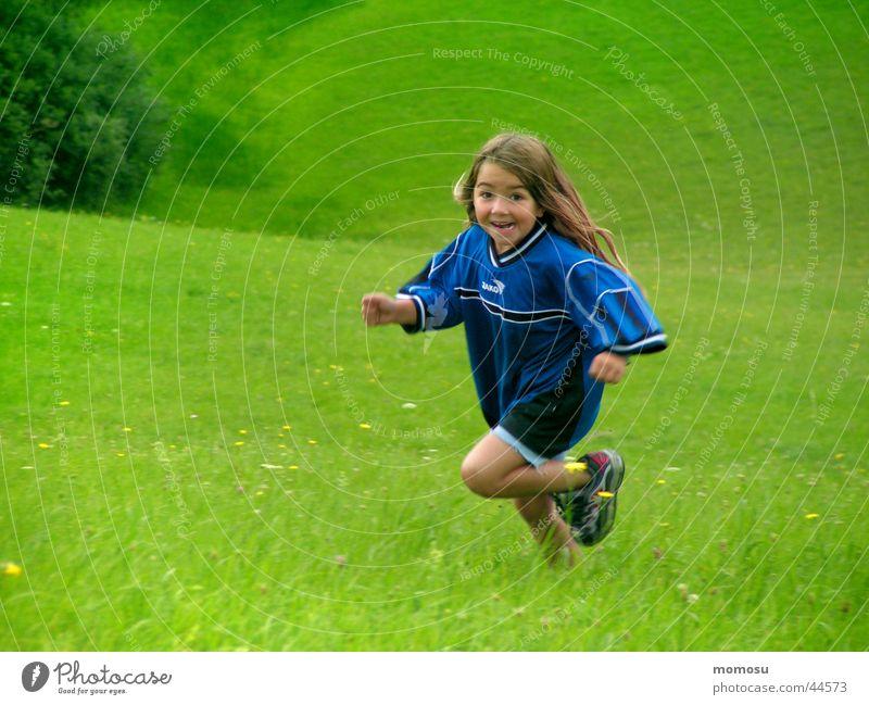leben pur Kind Mädchen Wiese grün Spielen Leben Energiewirtschaft Freude laufen rennen lachen