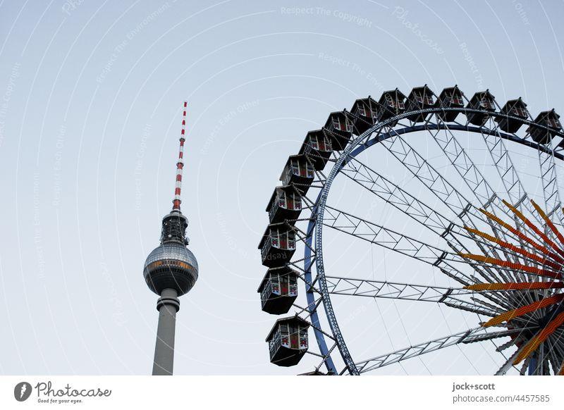 Hoher Turm trifft Riesenrad Berliner Fernsehturm Wahrzeichen Fahrgeschäfte Attraktion hoch Silhouette Hintergrund neutral Wolkenloser Himmel Berlin-Mitte