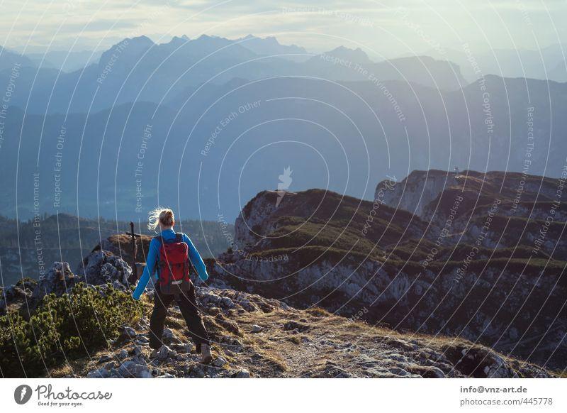 Gipfelsturm Mensch Frau Natur Jugendliche Sommer Junge Frau Ferne Erwachsene Umwelt 18-30 Jahre Berge u. Gebirge Leben Sport feminin Freiheit Freizeit & Hobby