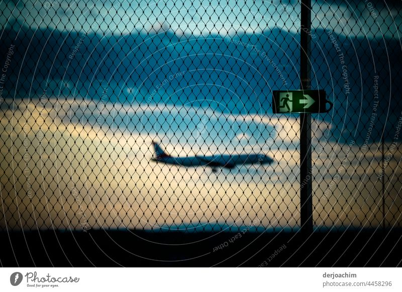 Flugzeug Landung und  makierter  Flucht Weg. Wegweisend  immer nach rechts. Luftverkehr fliegen Flugzeuglandung Flugplatz Flughafen Außenaufnahme Himmel