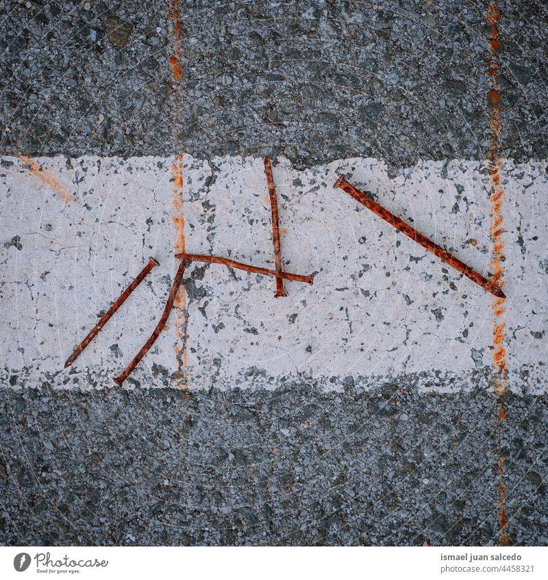rostige Nägel auf dem Boden alt texturiert Hintergründe Asphalt Oberfläche Textur texturierter Hintergrund Tapete bügeln